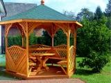 Altana z podłogą, stołem i ławkami. Dach zielony